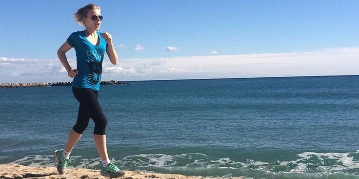 Женщина бежит вдоль моря