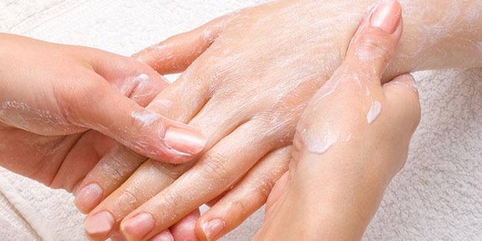 Втирание крема в кожу рук
