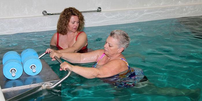 Две женщины в бассейне