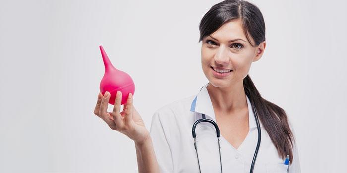 Груша для процедуры в руке у медсестры