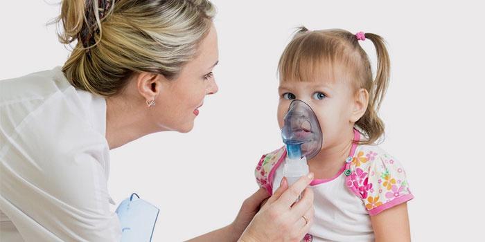 Врач делает ингаляции ребенку