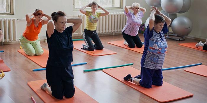 Женщины делают упражнения при остеохондрозе
