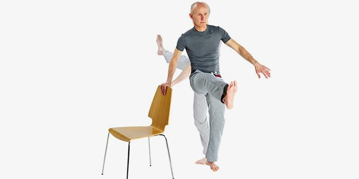 Мужчина со стулом