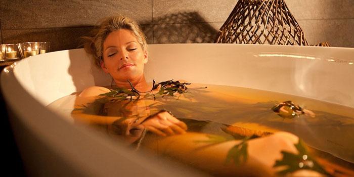 Девушка принимает травяную ванну