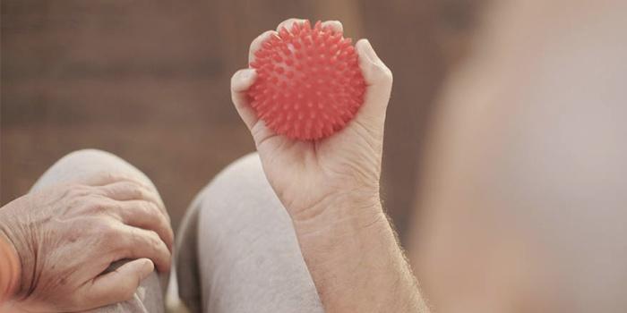 Массажный мячик в руке