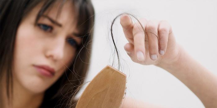 У девушки сильно выпадают волосы