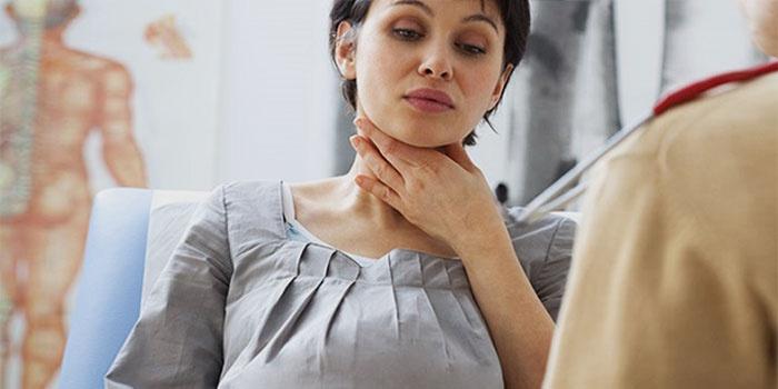 Пациентка жалуется на боль в горле