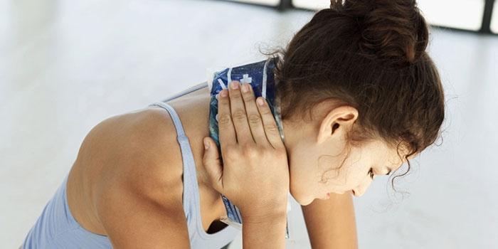 Женщина с компрессом на шее