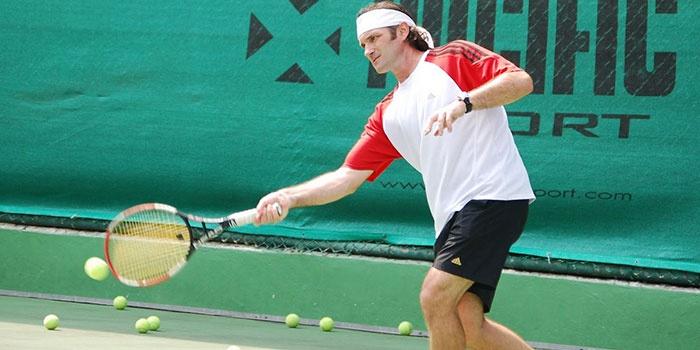 Теннисист на корте