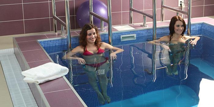 Девушки выполняют упражнение в воде