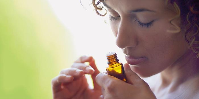 Девушка нюхает эфирное масло