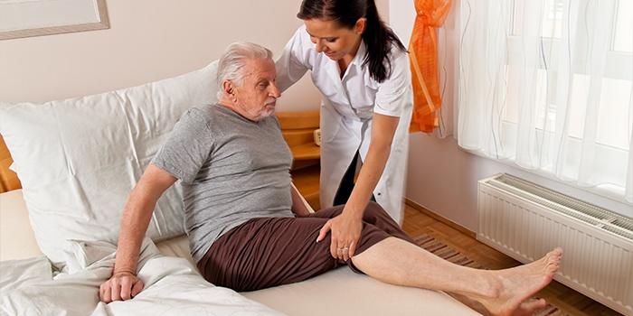 Медсестра в палате у больного