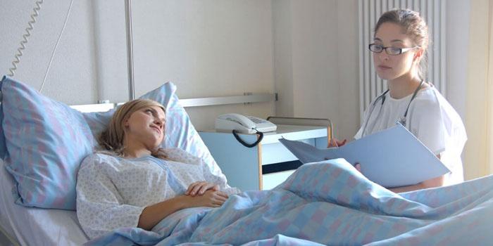 Врач беседует с пациенткой в больничной палате