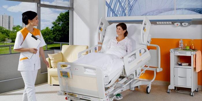 Пациентка и врач в больничной палате
