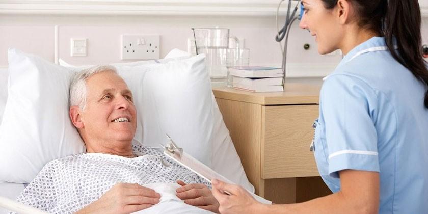 Медсестра у кровати больного