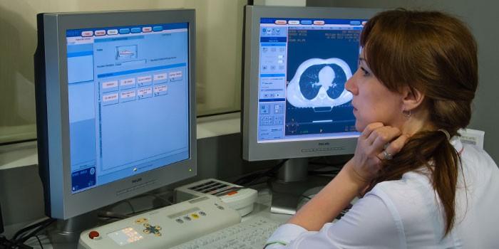 Медик проводит компьютерную томографию