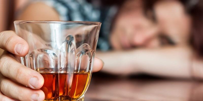 Стакан с алкоголем руке у человека