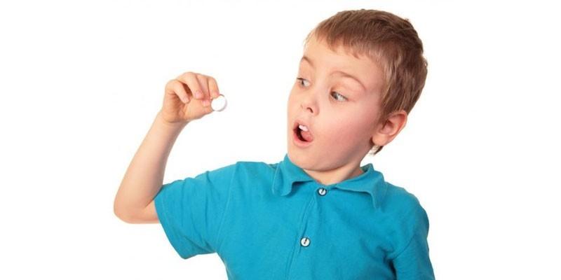Ребенок с таблеткой