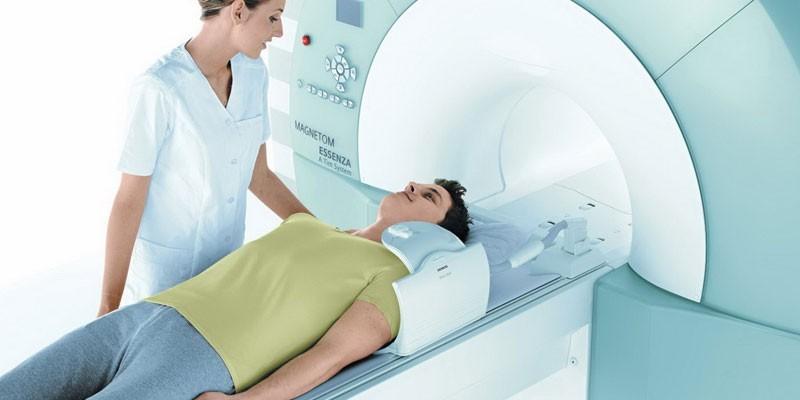 Парень в аппарате МРТ