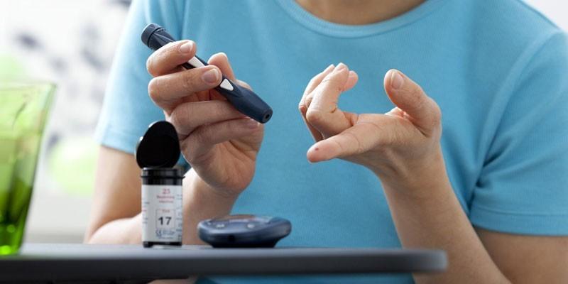 Женщина измеряет уровень сахара