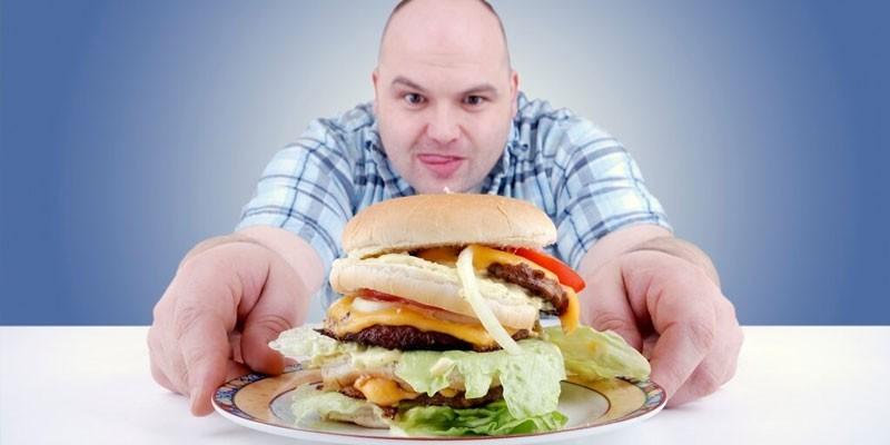 Мужчина и огромный гамбургер