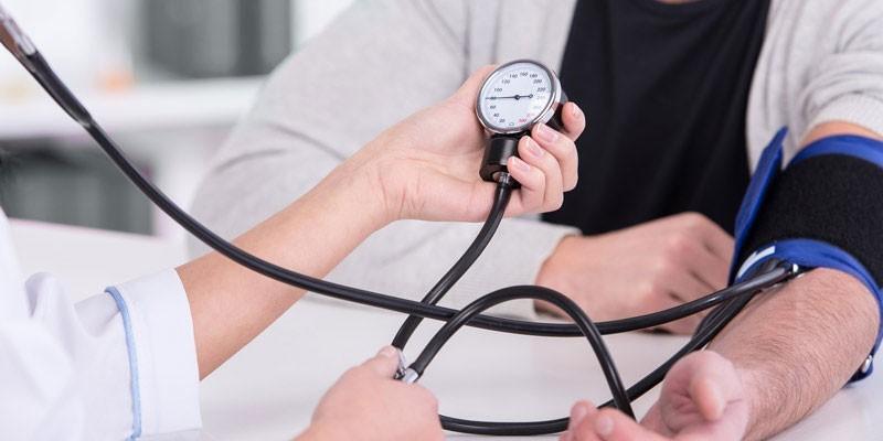 Человеку измеряют кровяное давление