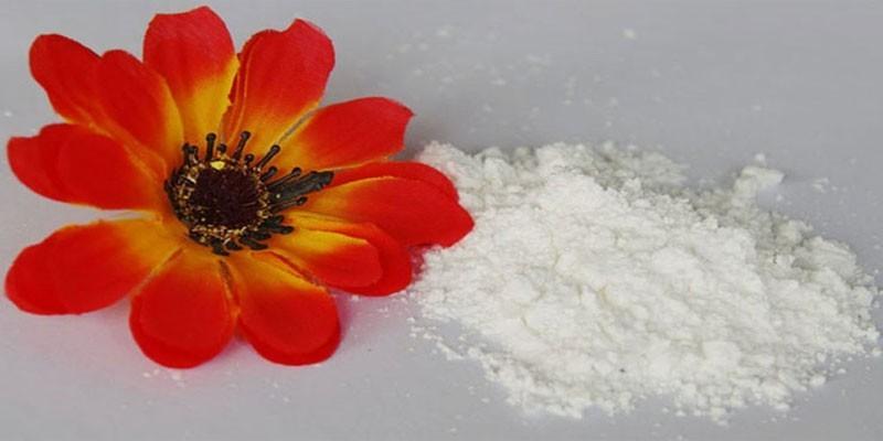 Белый порошок и цветок
