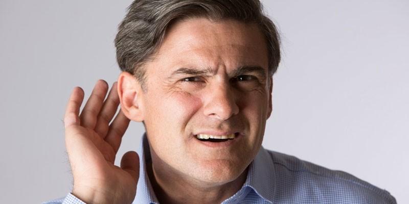 Мужчина приложил ладонь к уху