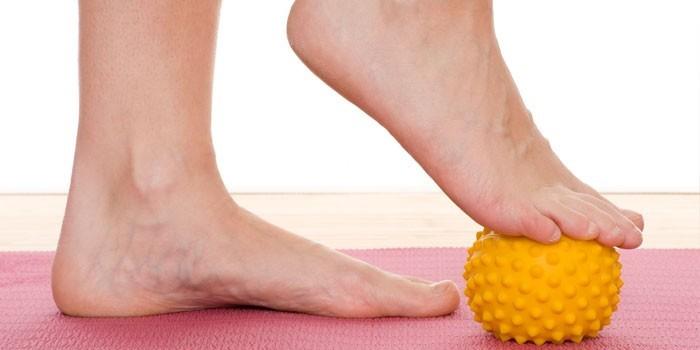 Упражнение с мячиком при плоскостопии