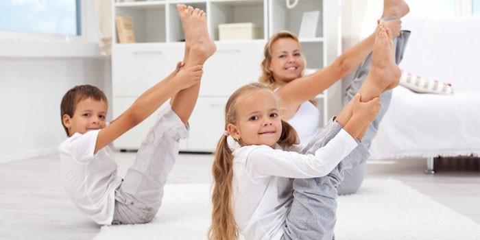 Дети с мамой занимаются гимнастикой