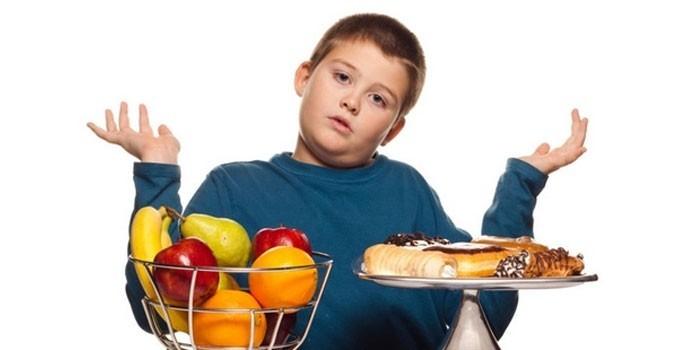 Фрукты, пирожные и мальчик
