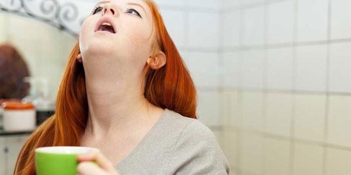 Девушка полощет горло