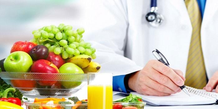 Фрукты и сок на столе у врача