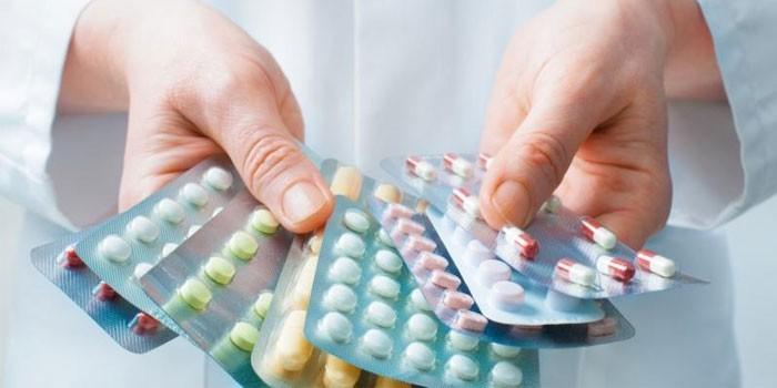 Медикаменты в руках врача