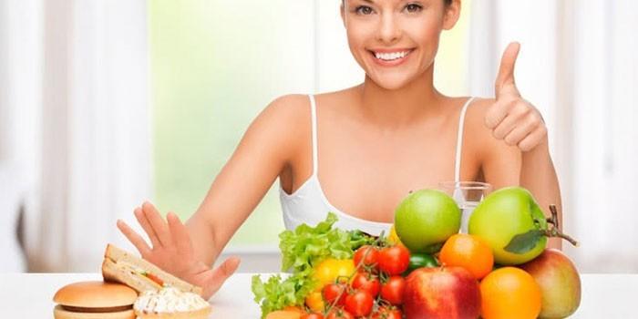 Девушка за столом с продуктами