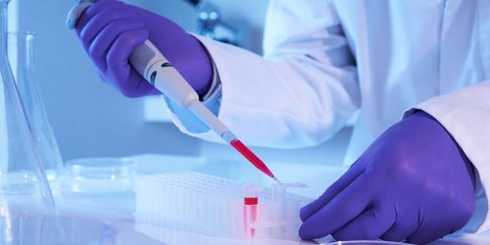Медработник проводит анализ крови