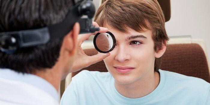 Мальчик на приеме у офтальмолога