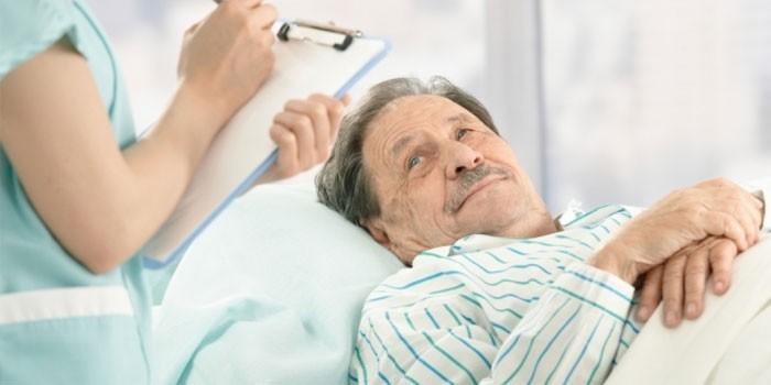 Медработник у постели больного