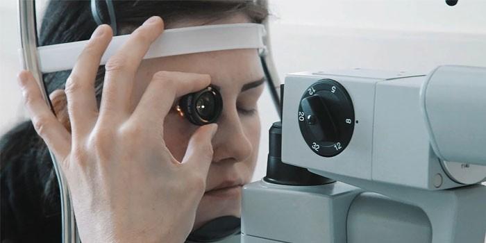 Девушке проводят лечение сетчатки лазером