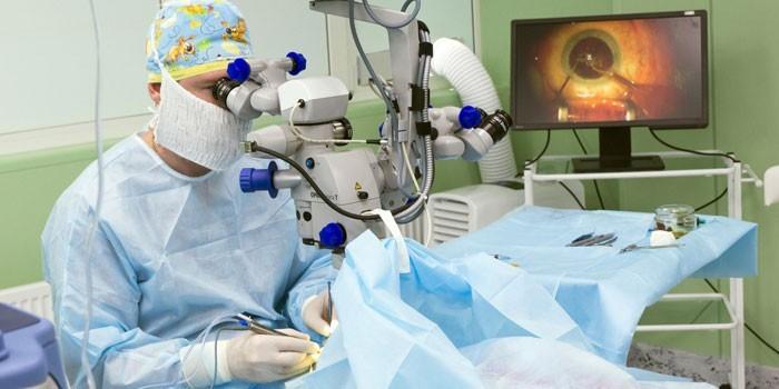 Медик проводит операцию на глазах