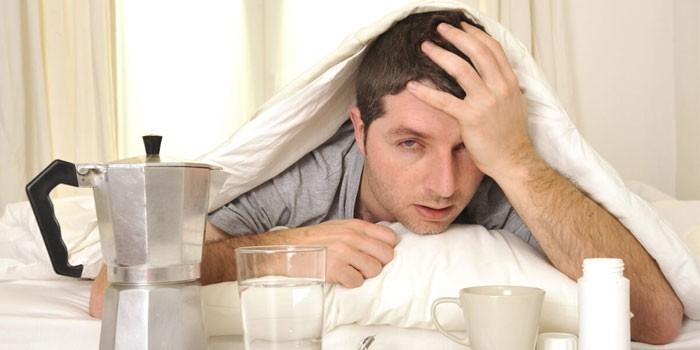 Мужчина под одеялом в постели