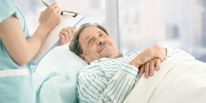 Медработник у кровати больного