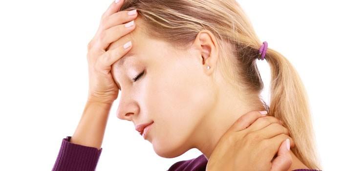 У девушки болит голова и шея