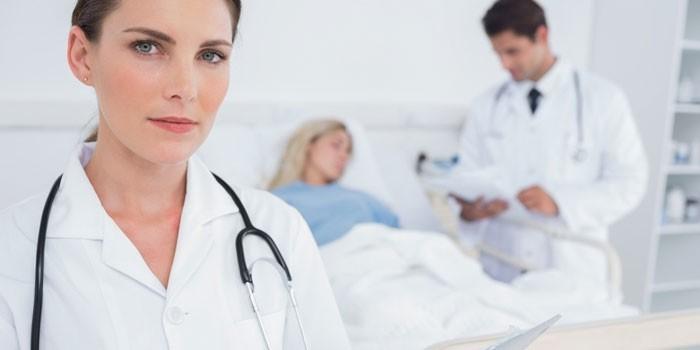 Медики в больничной палате