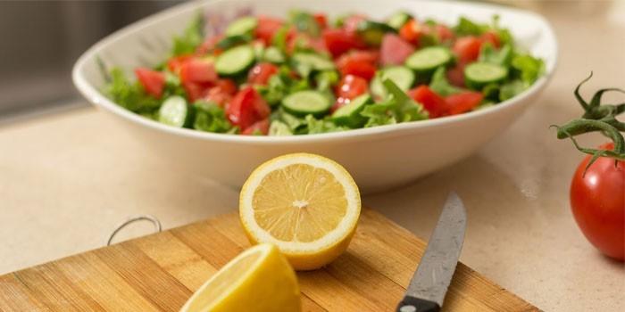 Салат и лимон