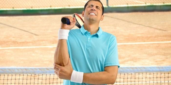 Теннисист держится за локоть