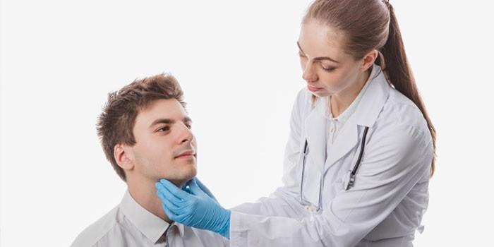 Медик осматривает пациента