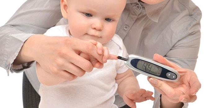 Измерение уровня сахара в крови ребенка