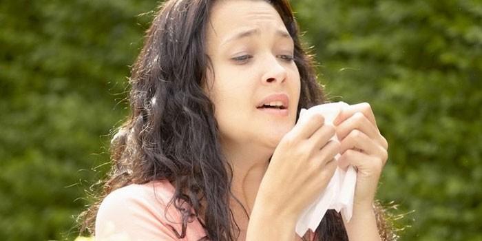 Женщина чихает