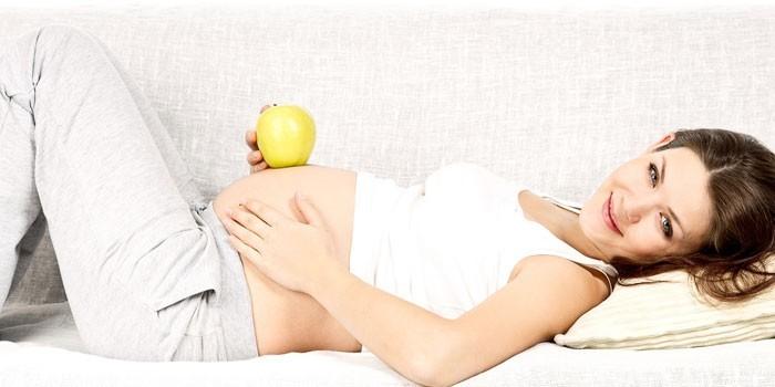 Беременная девушка с яблоком